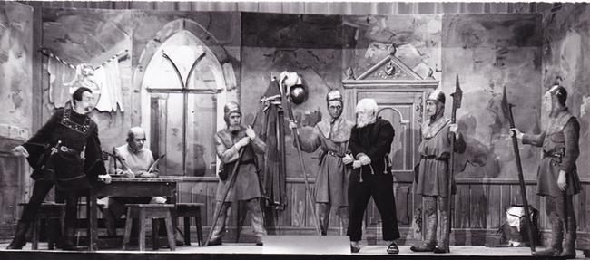 Vogt Stadion greift durch und lässt sich einen Gefangenen auf der Burg vorführen