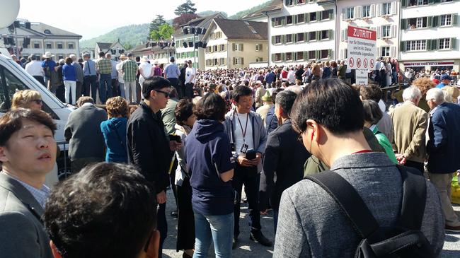 ...staunen, fotografieren, fragen...gross ist das Interesse der Parlamentarier und Parlamentarierinnen aus Gyeonggido. (Fotos: Martin Mächler)