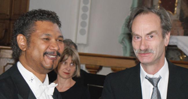 Dirigent Gary A. Abrahams, Zürich, und  Hauptorganist Niklaus Stengele, Näfels, dürfen mit Stolz und Freude auf Konzerte 2001, 2013 und 2017 zurückblicken. (Foto: Peter Meier by glarus24.ch)