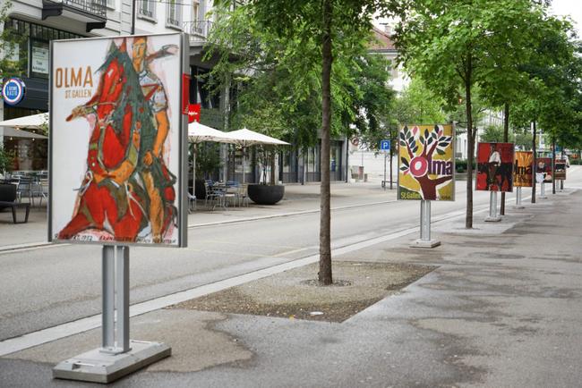 Alle bisherigen 75 OLMA-Plakate sind vom Bahnhof bis zum OLMA-Gelände auf Gehsteigen aufgestellt und weisen den Weg.. (Foto: Olmapedia)