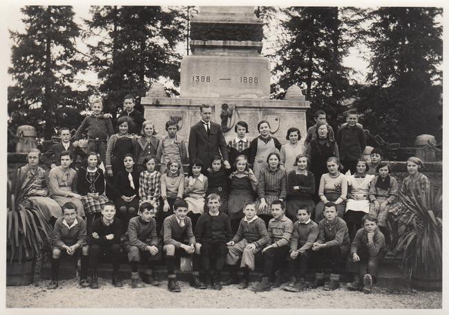 Klassenfoto vor dem Schlachtdenkmal.