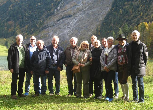 Gruppenbild beim Rundgang um den Obersee. (Foto: Raimund Boltz mit Hut)