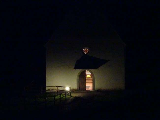 Untere Ranftkapelle in der Novembernacht - Ziel der Pilgergruppe