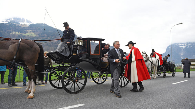 Ankunft der Regierungskutschen, die von Glarus nach Näfels gereist waren. (Foto: Sasi Subramaniam/Südostschweiz Glarus)