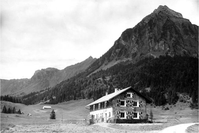"""Die Staafelhütte, eine Alphütte aus dem Jahr 1929, steht unweit hinter dem Obersee. Rund um sie ist seit 55 Jahren neues Leben aus privater Initiative entstanden. (Bild: aus der PPP """"Obersee-Staafel - Ein kleines Näfelser Paradies)"""