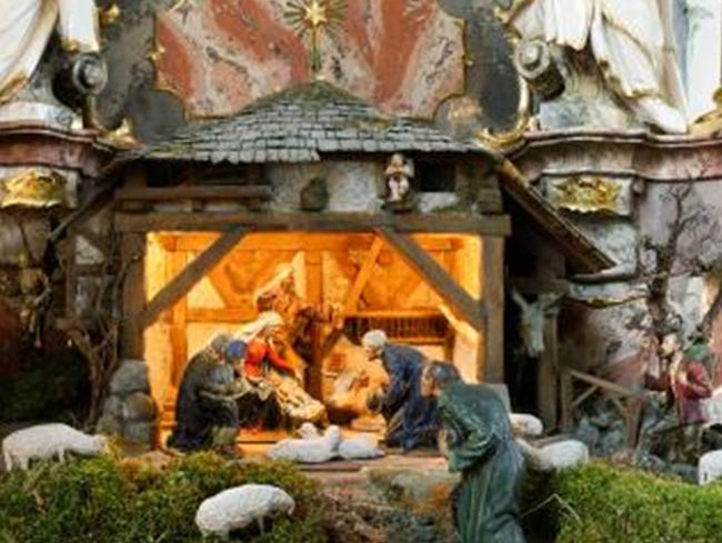Weihnachtskrippe beim Marienaltar in der Pfarrkirche St. Hilarius. Die Krippe ist über hundert Jahre alt.