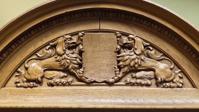 Tessiner Wappen in Holz geschnitzt über den Tessiner Ständeratssitzen in der Bundesversammlung. (Foto: www.srf.ch)