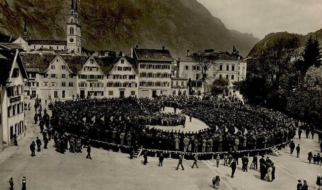 """Historisches Bild der Landsgemeinde. Als die Landsgemeinde noch ein """"Ring"""" war. (Foto.unbekannt)"""