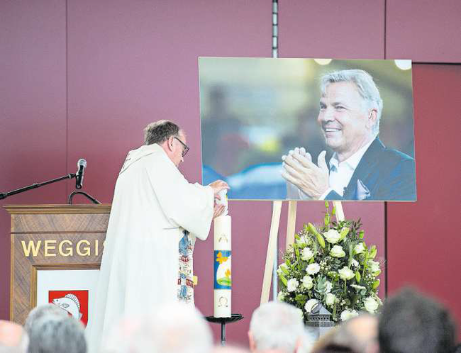 Pfarrer Ernst Heller zündet eine Kerze an, als Symbol für Kraft und Liebe. Diese überreichte er Zufluhs hinter- bliebener Partnerin Barbara Schilliger.