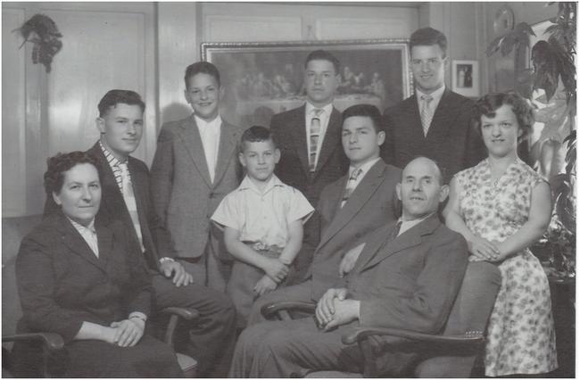Familie Jutzeler ca. 1958/59: v.l.n.r. Mutter Olga, Paul, Bruno, Werner, Hans, Peter, Vater Beda (schwer krank), Beda und Olgy. (Foto: Olgy Jutzerler)