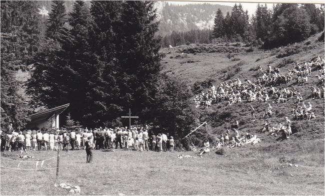 """Dieser Gottesdienstplatz auf Obersee-Staafel ist aus privater Initiative entstanden und bereits zur 50-jährigen Tradition geworden. Gottesdienstplatz links, wegen Platzmangel ist die """"Empore"""" rechts auch gut besetzt."""