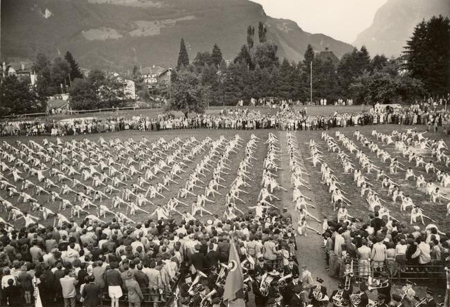 Näfels als Festort für Turner, fotografiert vom Denkmal aus. Imposante Bilder der Vergangenheit. Glarner-Bündner Kantonalturnfest 1953. (Foto: eigene Bildersammlung)