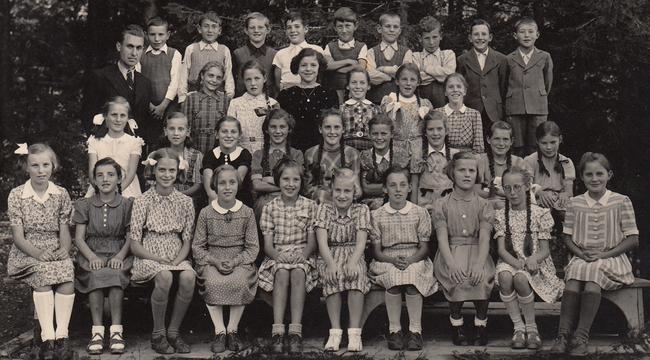Aufnahme ca. 1945/46 25 Mädchen und 9 Knaben (34 Kinder)