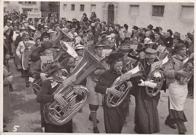 """Fasnacht Jahrgang ungewiss. Gemäss Erinnerung Hans Tschudi-Landolt, """"die grösste Weibermusik Europas"""" (""""Frauäschtimmärcht"""") Näfelser Harmoniemusik (""""Notäschinder"""") als Frauen verkleidet """"mit-erä groossä Güügä"""". (Foto: eigenes Archiv)"""