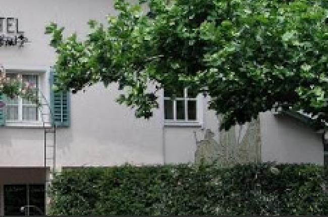 Etwas versteckt an der östlichen Hauswand das Sgrafitto von Florin Müller jun.