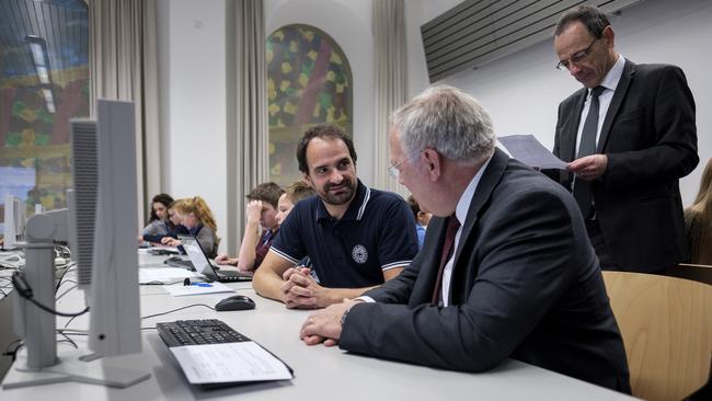 Urs Hauser, Näfels/Oberurnen, ETH instruiert Bundesrat Johann Schneider-Amman am Computer. Stehend: ETH-Präsident Prof. Dr. Lino Guzzella. (Quelle: ETH  Informationstechnologie und Ausbildung)