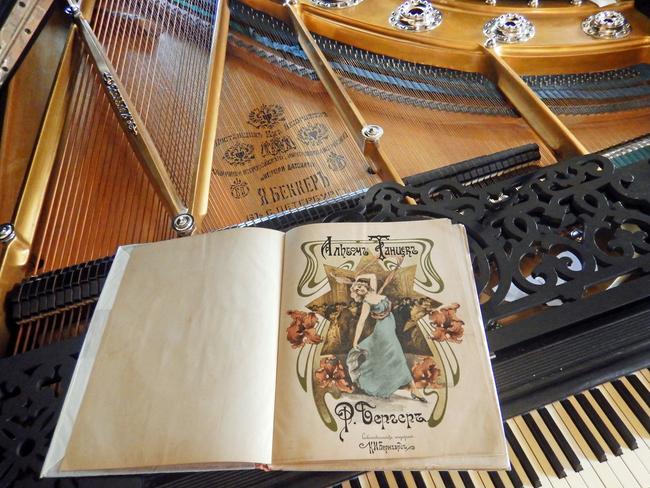 «Девушка с обложки», танцующая вальс с орхидеями, нотная обложка, фото