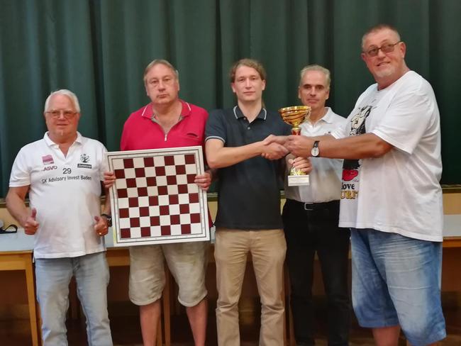 Otto Eidenberger, Herbert Rudolf, Jakob Hofegger und Hans Perndl erhalten den Pokal von Viertelspräsident RgR Gerhard Mursteiner