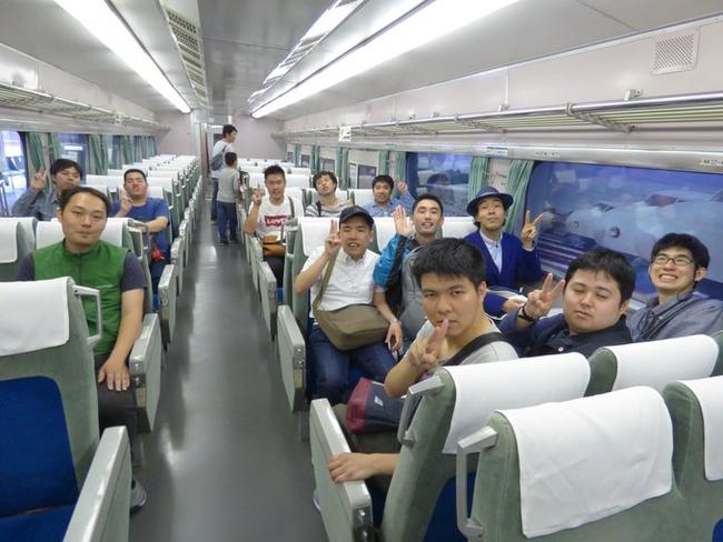 0系新幹線の車内にて集合写真 当時の車内アナウンスが流れているのも素晴らしいですね!