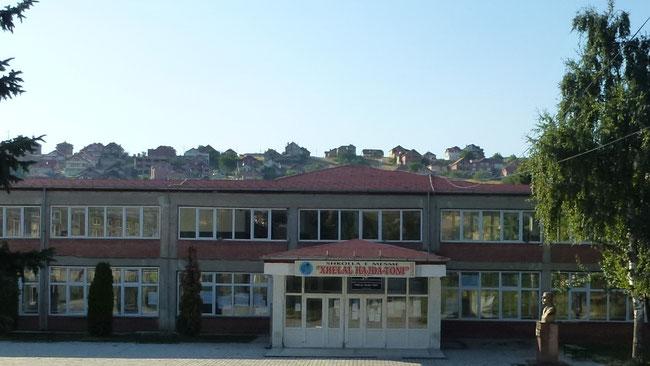 """1983 bis 1985 besuchte Gazmend die Gymnasium """"Xhelal Hajda-Toni"""" in Rahovec, Kosovo."""