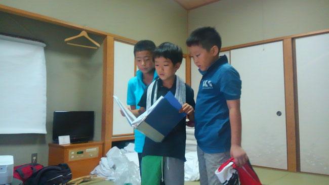 合宿行程を円滑に進めるためスケジュール確認をする三人。