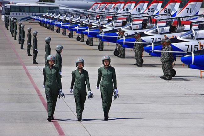 LES 16 PREMIERES CHINOISES PILOTES DE CHASSE, QUI DEFILENT LE 1er OCTOBRE 2009 AU DESSUS DE LA PLACE TIEN AMEN