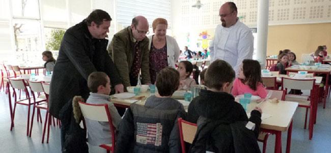 L'ADJOINTE AU MAIRE F. HAFFRAY  à LA CANTINE : DU BIO DANS L'ASSIETTE DE NOS ENFANTS
