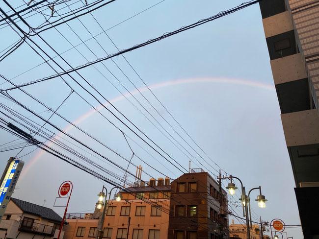 東の空にかかった大きな虹