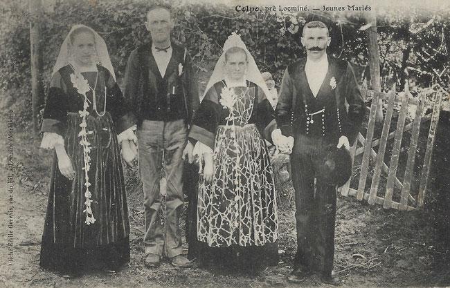 Collection personnelle. Carte postale datant du début du XXème siècle. Photo prise à Colpo près de Locminé représentant deux couples en extérieur au moment de leur mariage.
