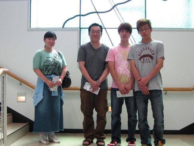女性は東京在住のSさん、男性は札幌大谷大学の荒井先生と生徒さん