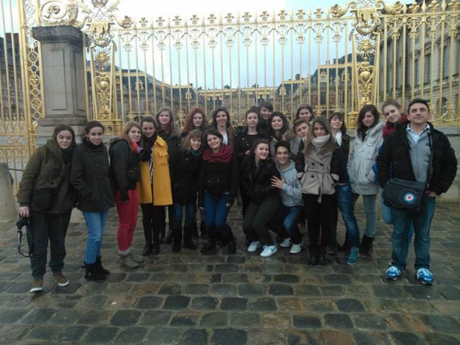 les élèves de 1ère et Teminale Théâtre spécialité devant la grille du château de Versailles