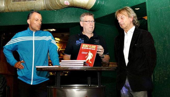Nino Flohe (links) und Autor Frank Steffan (rechts) beim Präsentationstalk mit Moderator Ralf Friedrichs.