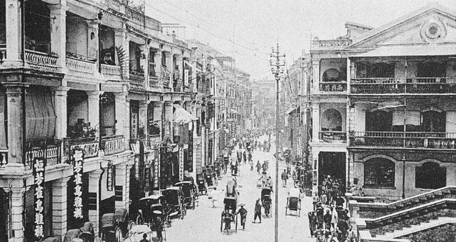 Une rue de Hong-Kong. Émile BARD (18xx-) : Les Chinois chez eux. Armand Colin, Paris, 1899