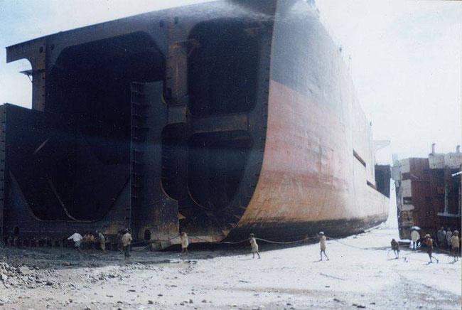 Abwracken in Bangladesh, dabei wird das Schiff bei einer Springflut auf den Strand gefahren, Beachen (Quelle Wranz, Wikipedia)l