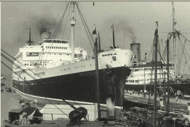 Fracht- und Fahrgastschiff POTSDAM im Hafen von Hongkong, im Hintergrund der Kombifrachter ISAR. Foto: Hans Engelmeyer /Archiv DSM