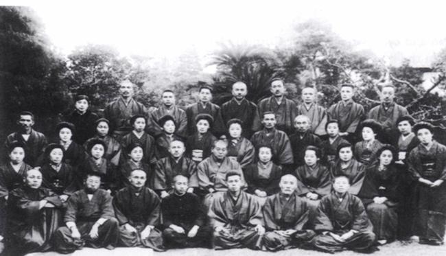 Najaar van 1925: Usui Sensei met zijn groep studenten. Mikao Usui Sensei zit in het midden. Toshihiro Eguchi zit links naast Usui en Dr. Hayashi is 4e van rechtsboven.