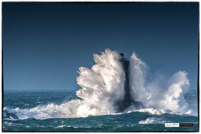 Tempete en bretagne, le phare du four sous les vagues