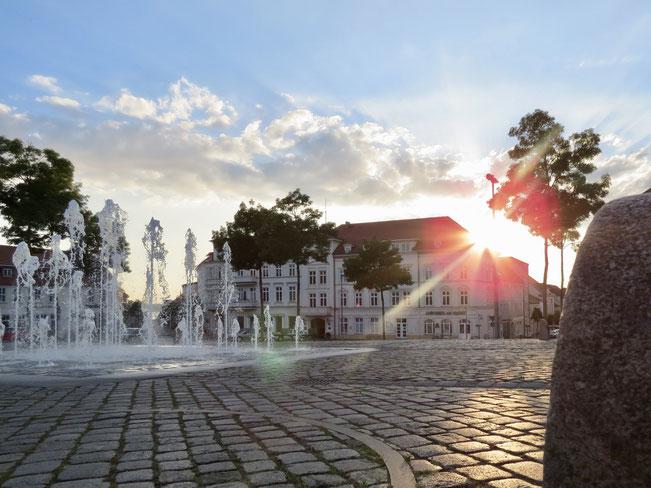 Neustrelitz, Markt, Marktplatz, Wasserspiele, Springbrunnen, Sonnenstrahl