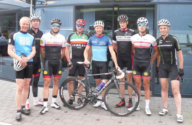 Gemeinsam mit Ex-Profi Fabian Wegmann (mit Rad) machte sich  eine ambitionierte Gruppe vom Elbers-Standort in Amelsbüren aus auf die  Baumberge-Runde.