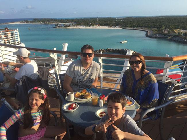 Café da Manhã no Deck do Navio