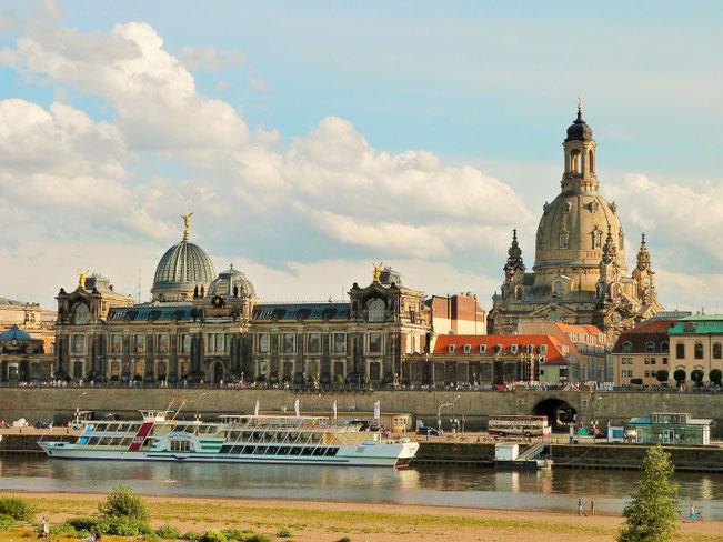 Blick auf die Altstadt von der Augustusbrücke (v.n.l.r. Kunstakademie, Frauenkirche)