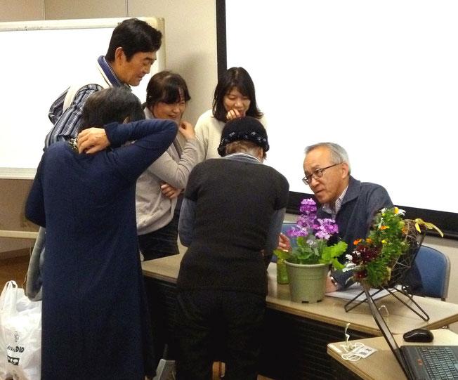 生徒さんが講義前の吉田先生を囲んで談笑