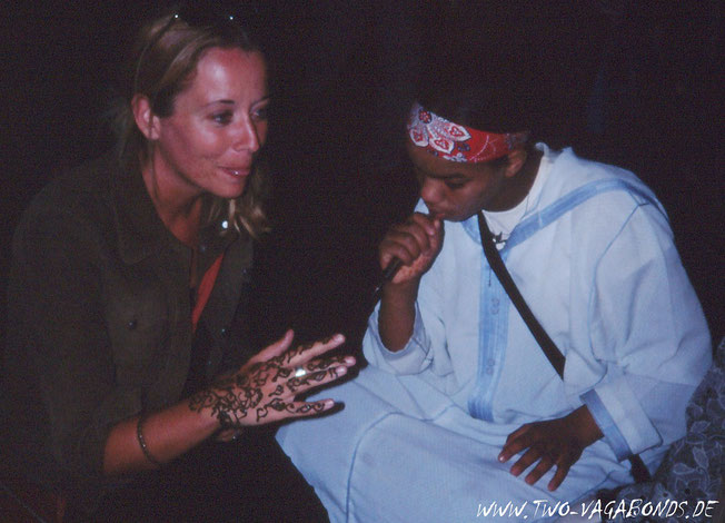 2002 MARRAKECH AM PLACE JEMA EL FNA - HENNA TATTOO AUF DIE HAND