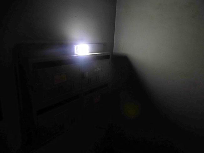 漆黒のエントランスにランタン灯す