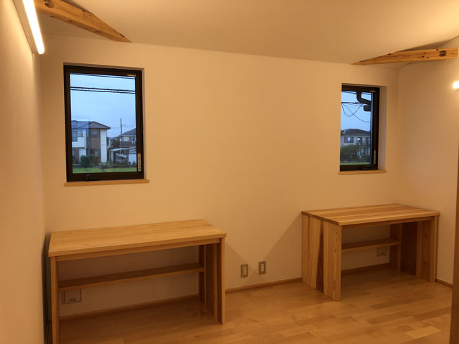 子供部屋その1。同じく大工さん制作の机。部屋は2段ベッドで仕切って使っているそうです。