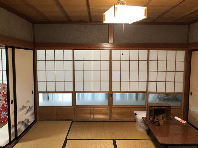 改修前の1階の様子。壁が少なく引き戸の多い典型的な日本家屋。既存の建具もあちこちへ転用しました。