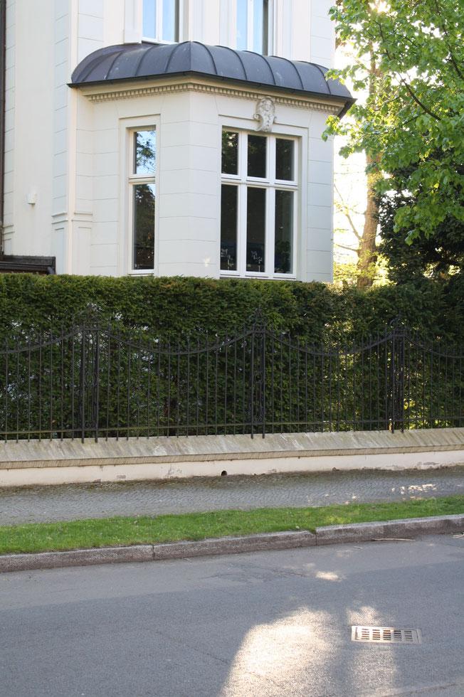 Klassischer Metallzaun Zaunanlage Potsdam Luxusvilla Erker Holzfenster