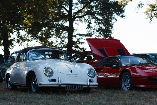 Porsche 356 A Cabriolet, les plus avertis d'entre vous auront noté la plaque d'immatriculation extrêmement ancienne. Il s'agit probablement d'une première main, et si ce n'est pas le cas, le propriétaire doit la posséder depuis à peu près cinquante ans !