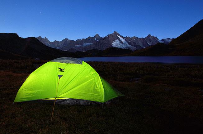 Übernachten bei den Lacs de Fenêtre. Ein Logenplatz mit Blick zur östlichen Mont-Blanc-Gruppe und dem Mont Dolent 3.823m.