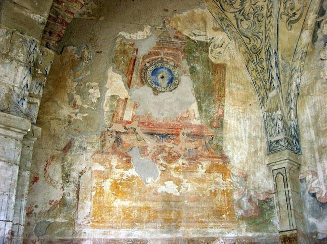 Le cadran d'horloge dans le choeur de la chapelle